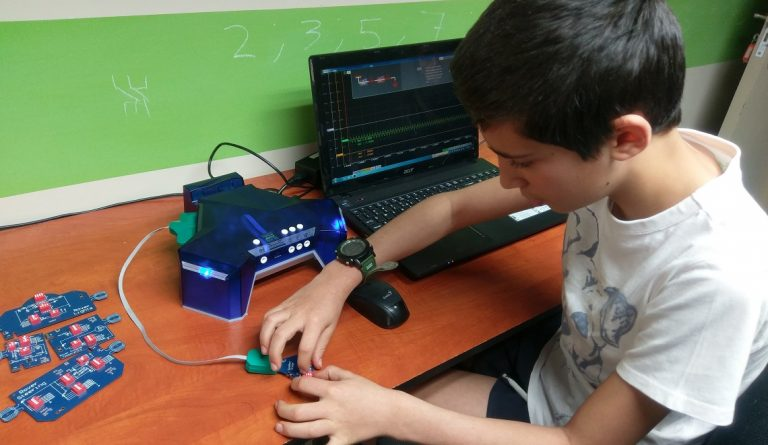 learning electronics with SeeBlocks Circuit Builder System